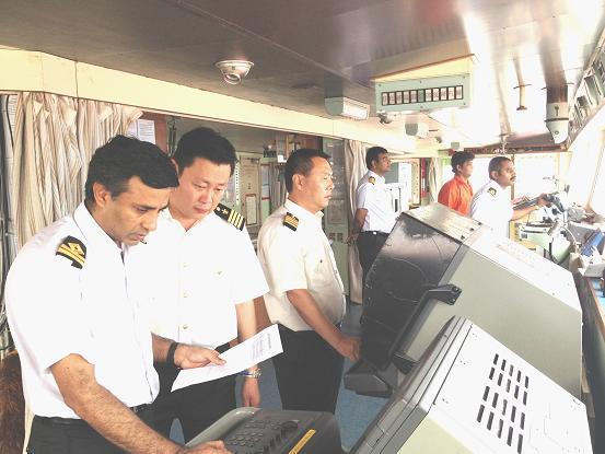上午9时,蔡副站长和引航站董家口科负责人宋学斌,调度员张鹏,青岛港