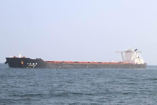 """2014年9月22日1700时,超大型矿砂船""""中海韶华""""轮在青岛港引航站高级引航员宋学斌、张进文的引领下,使用六条大马力拖轮,历经三个多小时,安全靠泊青岛港董家口新港区矿石码头。该轮船长330米、型宽57米,满载315000吨矿石,吃水达22米。"""