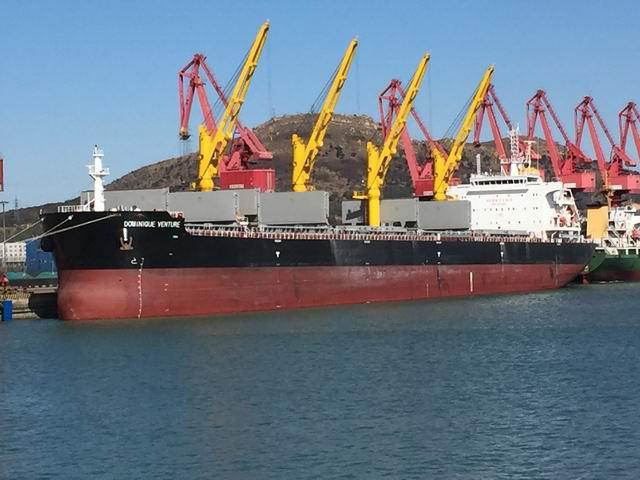 功引领6万吨级船舶靠泊