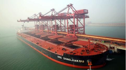 """""""董家口""""号超大型矿船是进入中国的第11艘40万吨级矿船,也是青岛港"""