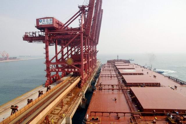 """5月8日,青岛港引航站董家口引航科引航员在12小时内连续引领各类超大型船舶安全靠离董家口港区。其中,船长332米,吃水21.5米的的油改矿船""""海王星""""轮,吃水13米的""""百安海'轮在能见度只有500米的大雾天气下,在董家口科引航员的引领下安全靠泊。LNG液体化工船""""朱庇特""""轮,吃水20."""