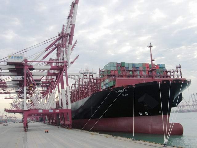 """5月21日1800时,全球最大的集装箱船""""阿拉伯巴尔赞""""号在青岛港引航站高级引航员李德福的引领下,使用3艘大马力拖轮安全靠泊在青岛港前湾集装箱码头。该船是阿拉伯航运全球最大,最先进的集装箱船。船长400米,船宽60米,最大载箱量19870TUE,该轮是今年5月份刚刚交付使用的新船,无论船长还是载箱量,都是当今世界当之无愧的最大集装箱船舶,也是首航青岛港。为了做好""""阿拉伯巴尔赞""""号首航靠泊青岛港的安全引航工作,之前青岛港引航站组织相关部门和人员召开船前会,认"""