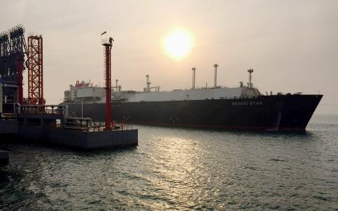 青岛港董家口港区引领港区最大lng船舶