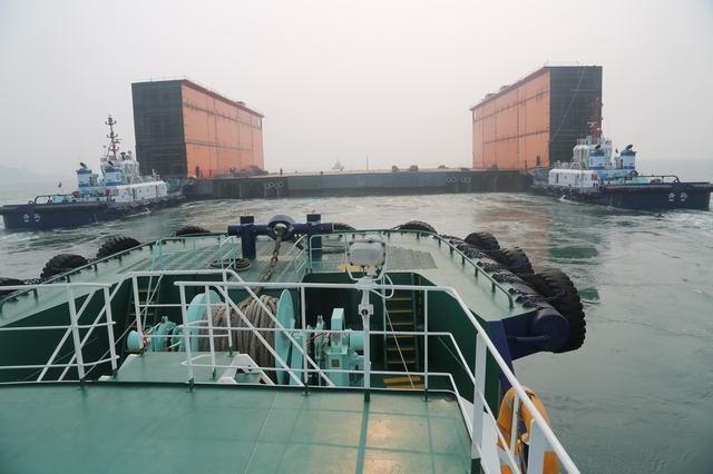 青岛港引航站引领超大型浮船坞安全靠泊武船重工码头